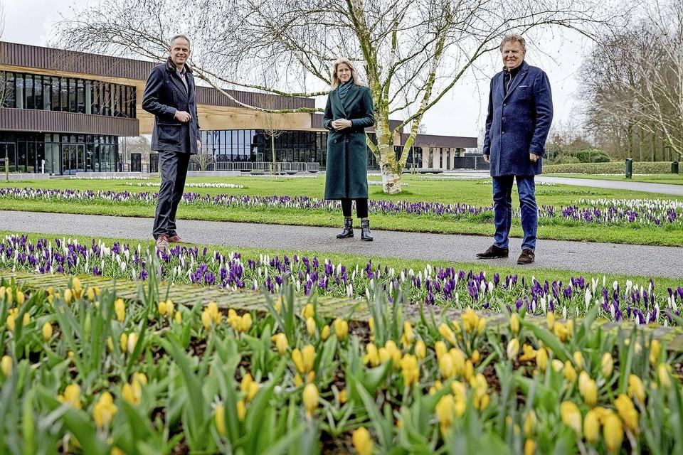 Keukenhof-directeur Bart Siemerink, staatssecretaris Mona Keijzer en tuinbouwsectorboegbeeld Jaap Bond in de ontluikende bloementuin.