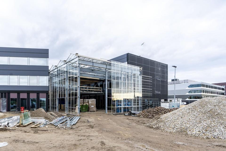 Tussen de twee kantoor- en laboratoriagebouwen van Biopartner 5 verrijst een 'wintertuin'.