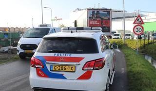 Vrachtwagenchauffeur neemt bocht te krap in Rijnsburg en schuift bestelbus aan de kant, politie vindt hennep in bestelbus