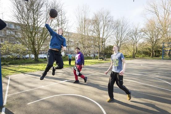 Burgemeester Leiden en politie: 'Jongeren neem coronauitbraak serieus'