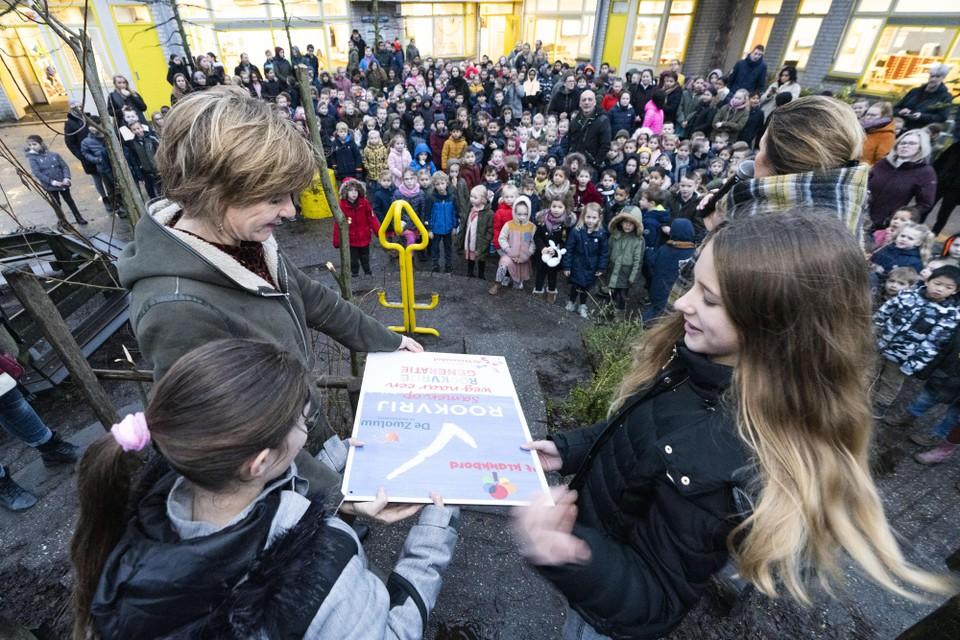 Wethouder Marleen Damen verklaart, met Luna en Amanda, basisschool De Stevenshof rookvrij. Kort daarop volgen de buren.