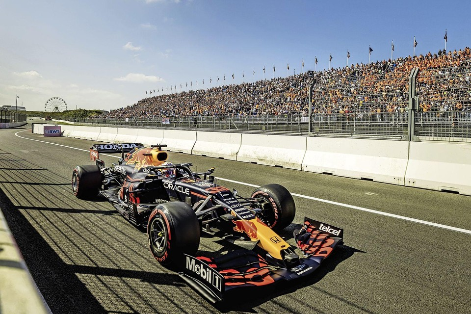 Max Verstappen (Red Bull) in actie tijdens de eerste vrije training op het circuit van Zandvoort.