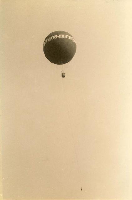 Ebel Magnin, hangend aan een touw onder de ballon.