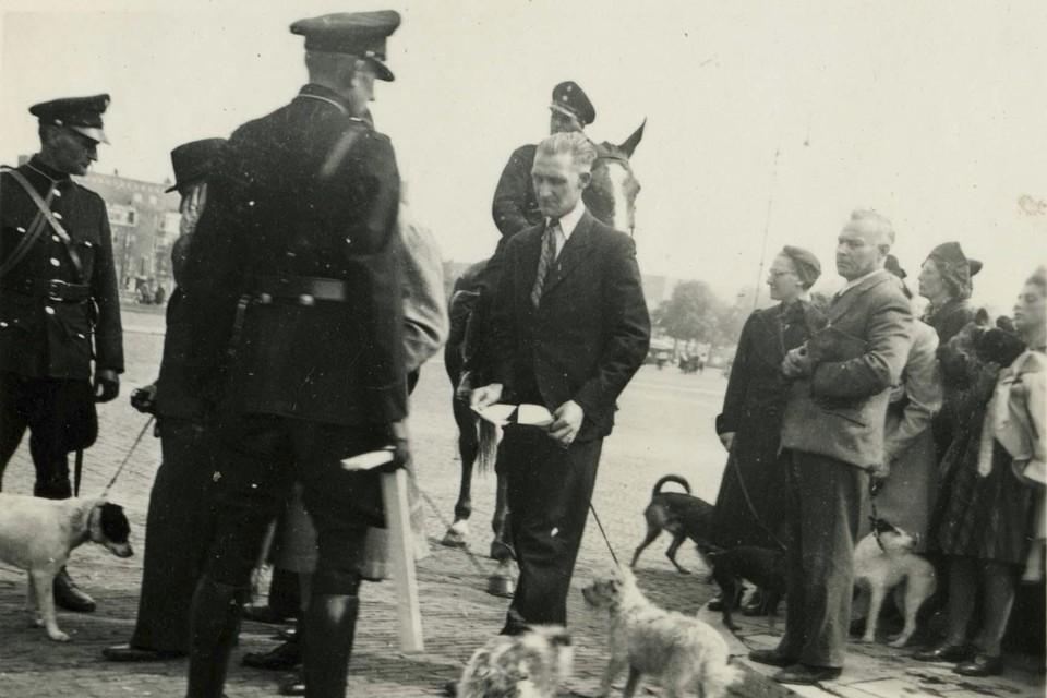 1942, hondenvordering bij Olympisch Stadion in Amsterdam.
