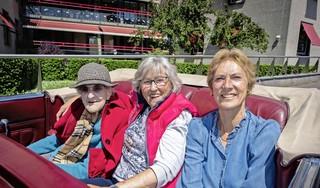 Bep Dijkmans (104) maakt een verjaardagsrondrit door Leiden, in een oude Cadillac: 'Sjezus, wát een dure wagen'