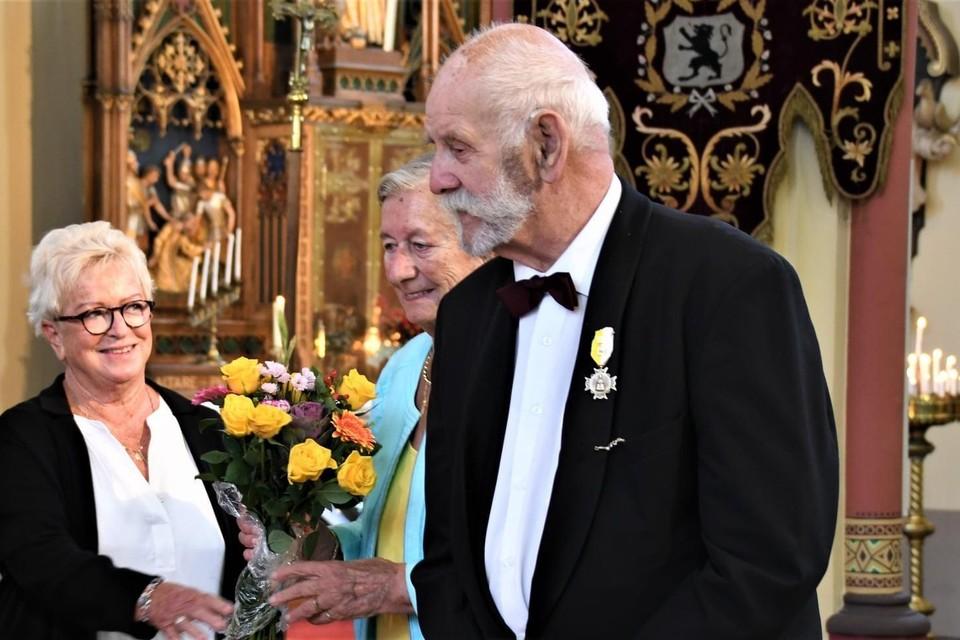 Arie Caspers ontvang een oorkonde voor zeventig jaar lidmaatschap van het St. Jeroenskoor in Noordwijk tijdens het St. Jeroensfeest.