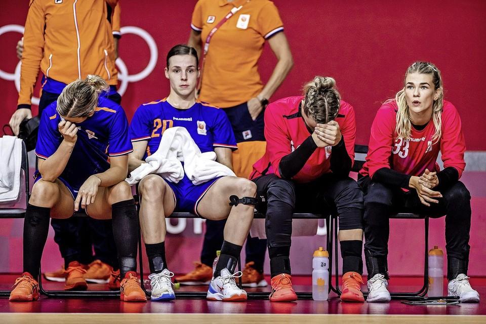 De Nederlandse handbal dames na afloop van het duel tegen Frankrijk.