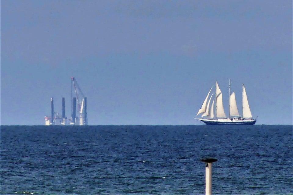 Wie goed kijkt, ziet voor de Katwijkse kust het begin van de aanleg van het nieuwe windmolenpark.