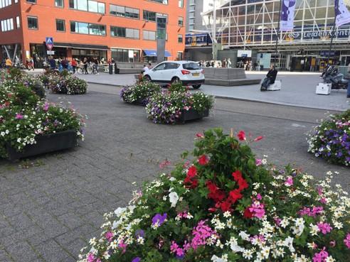 De nu nog met bloembakken geblokkeerde kiss&ride achter het Leidse station wordt in ere hersteld