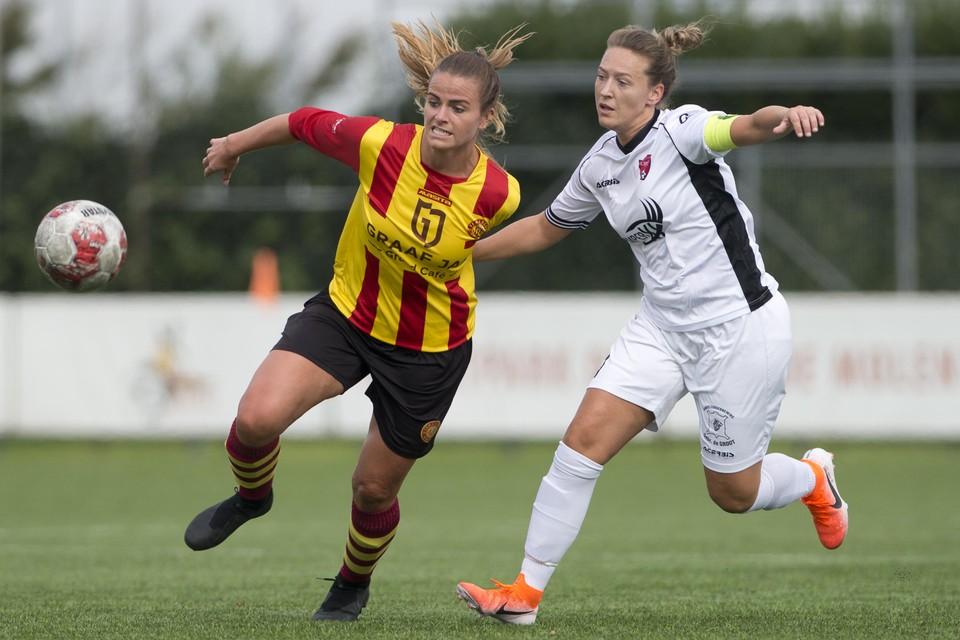 Kitty Susan van Ter Leede is Ramona van der Harst (FC Rijnvogels) te snel af.