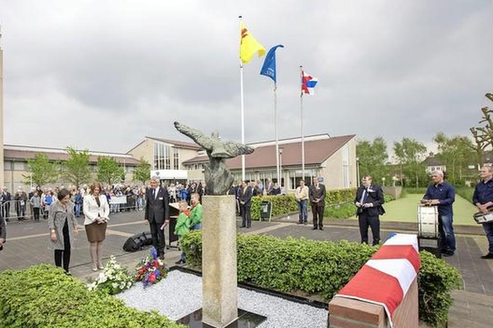 De onthulling van het aangepaste vredesmonument door Gerdi Verbeet en Carla Breuer op het Raadhuisplein in Voorhout.