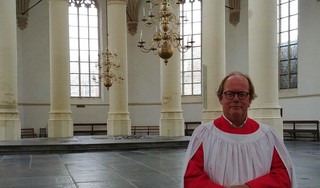 Leidenaar Hans Brons is al veertig jaar dirigent van Leidse Cantorij: 'Als iets niet bevalt, geef ik een enorme trap tegen het podium'
