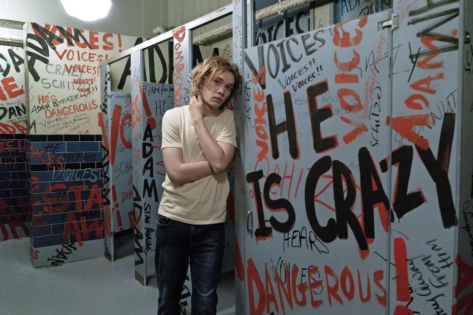 Adam (Charlie Plummer) heeft denkbeeldige vriendjes.