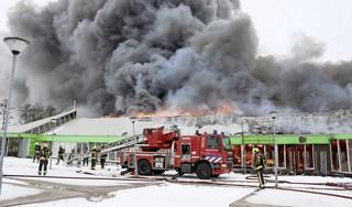Zeer grote brand bij tuincentrum in Lisse; twee brandweermannen lichtgewond door explosie [video]
