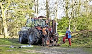 Met tractor en boor de velden in bij Nieuwe Wetering, op zoek naar aardwarmte