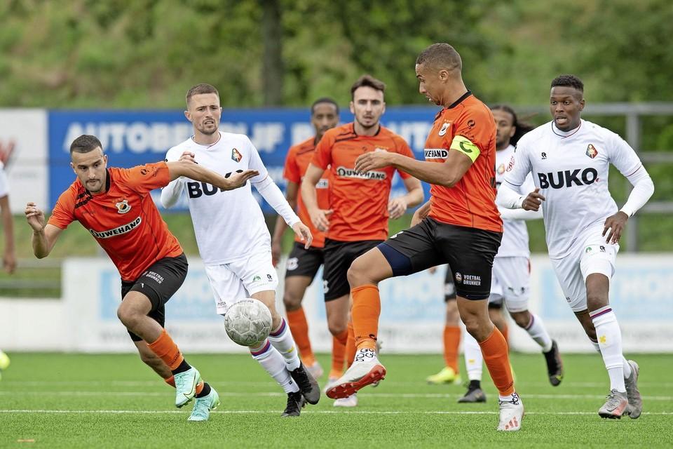 Katwijk-aanvoerder Marciano Mengerink lanceert Ahmed el Azzouti (links) die al gestart is.