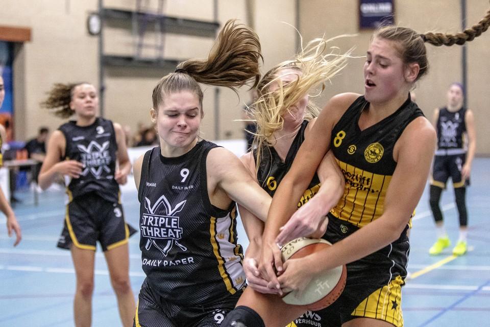 Alissa van der Plas (8) knokt om de bal met Anique van Schijndel.