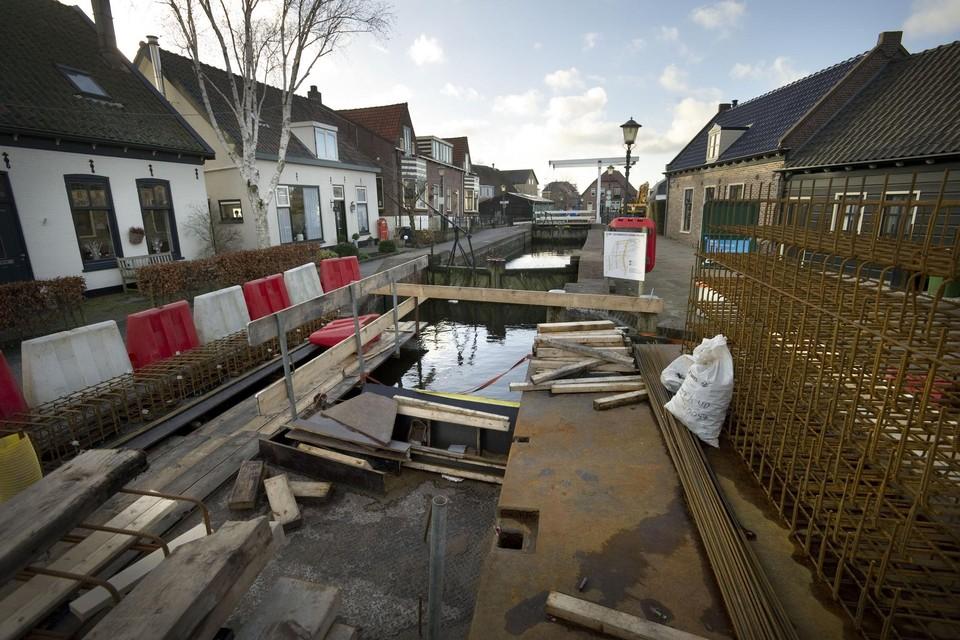 De sluis van Roelofarendsveen wordt volgnde week opnieuw onder handen genomen.