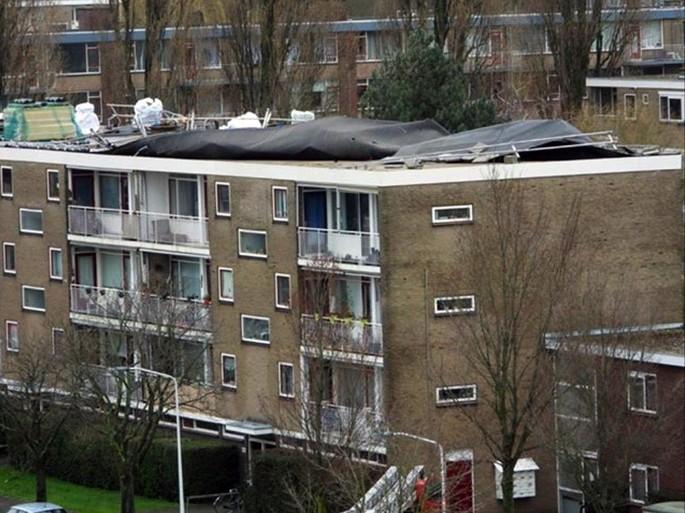 Dakbedekking van appartementencomplex waait weg in Leiden, woningen mogelijk ontruimd [update]