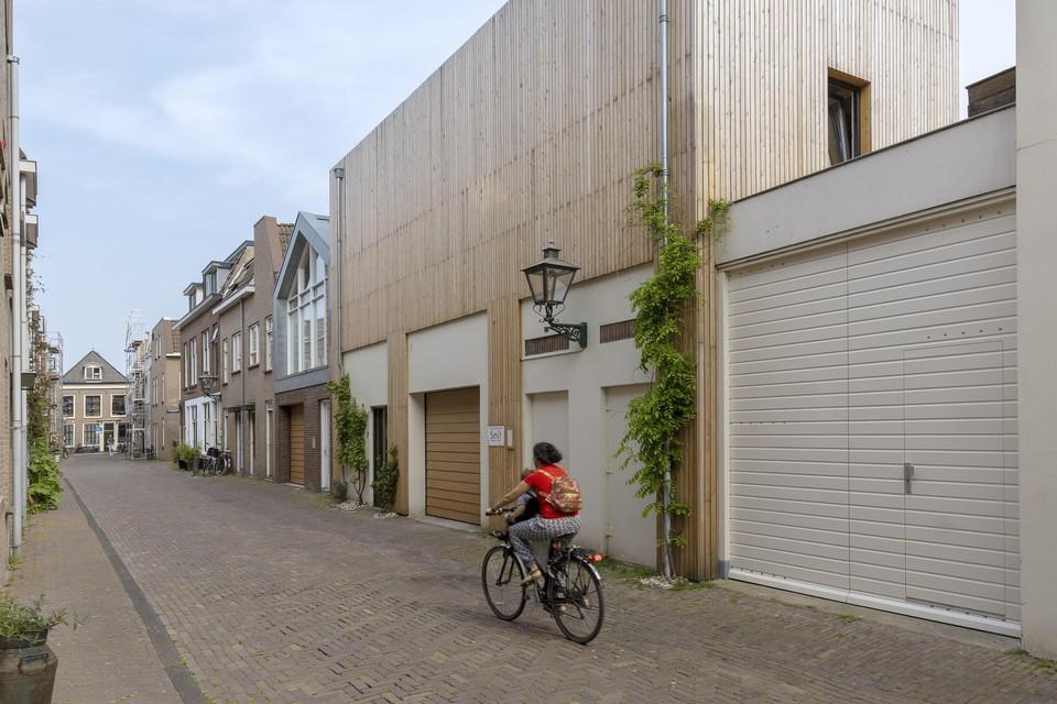 In de Clarensteeg is de houten dakwoning te zien.