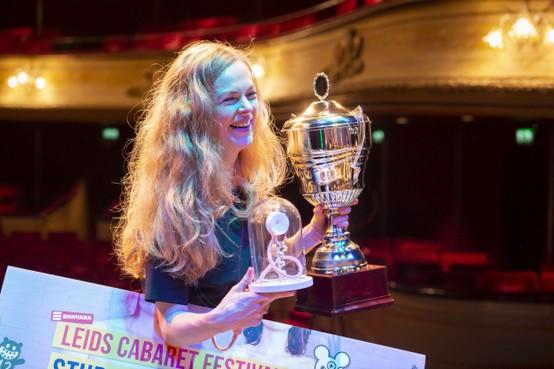 Lisa Ostermann neemt geëmotioneerd álle prijzen van het Leids Cabaret Festival in ontvangst: 'Het was een lange zoektocht met hindernissen'