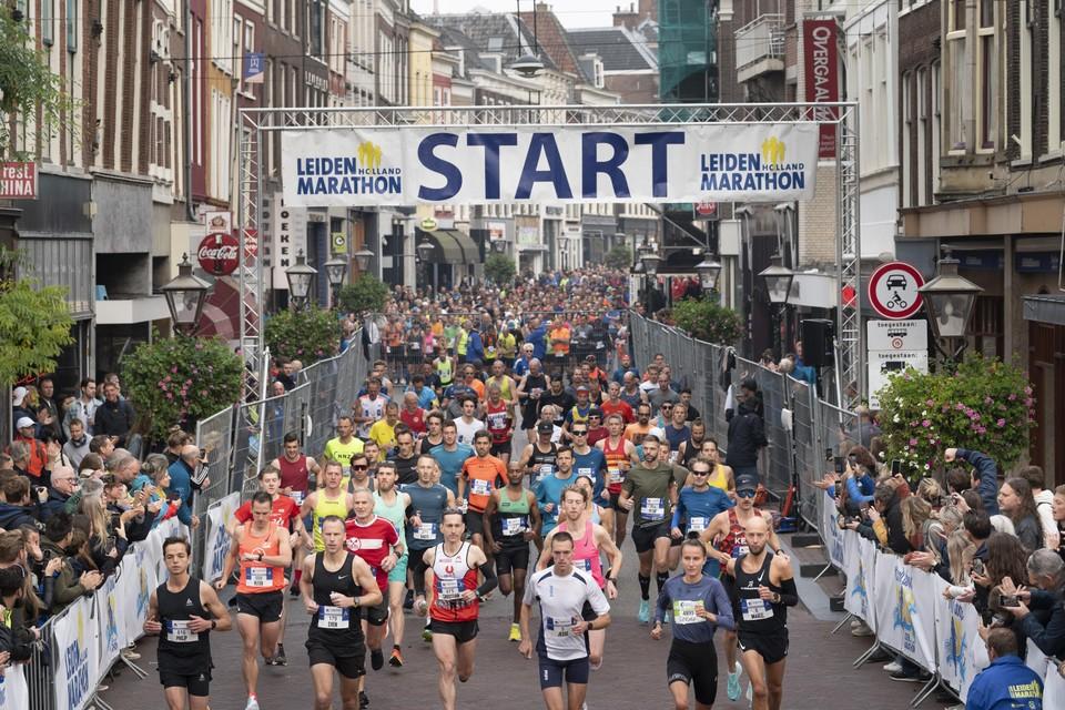 De start van de marathon op de Breestraat, met rechts vooraan de latere winnaar Maikel Stolwijk en zijn haas Sarah Lahti.
