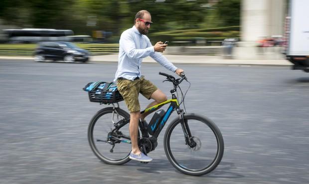 Ministers willen appen op de fiets verbieden