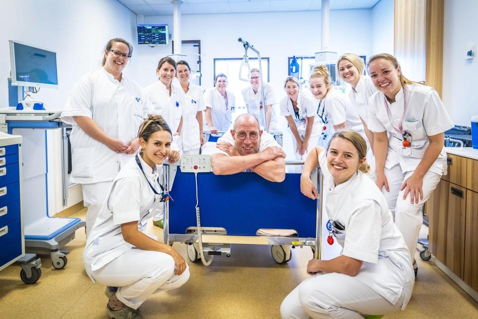 Aad NeutAad Neuteboom op 'zijn' afdeling Hartziekten in het LUMC tussen de verpleegkundigen, die (zo merkt de fotograaf op) gek op hem zijn. ,,Ik heb nooit de baas willen zijn.''