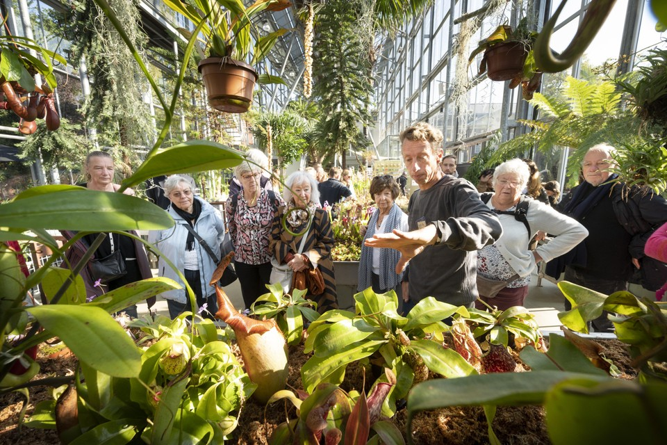 Bezoekers krijgen uitleg over de planten in de Hortus.