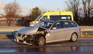 Auto ramt vangrail op N206 bij Katwijk, bestuurder verrast door opkomende gladheid