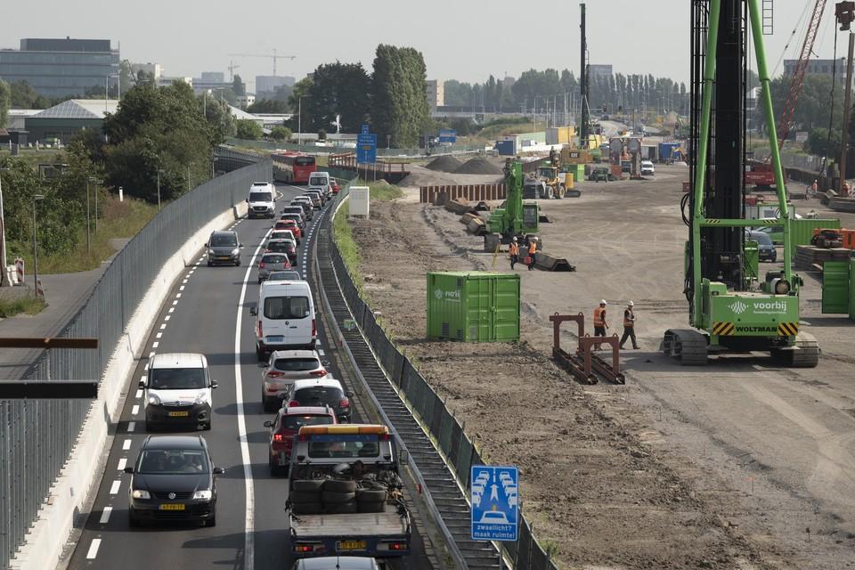 Aannemer Boskalis werkt bij Valkenburg aan de verbreding van de N206, met links de tijdelijke weg.
