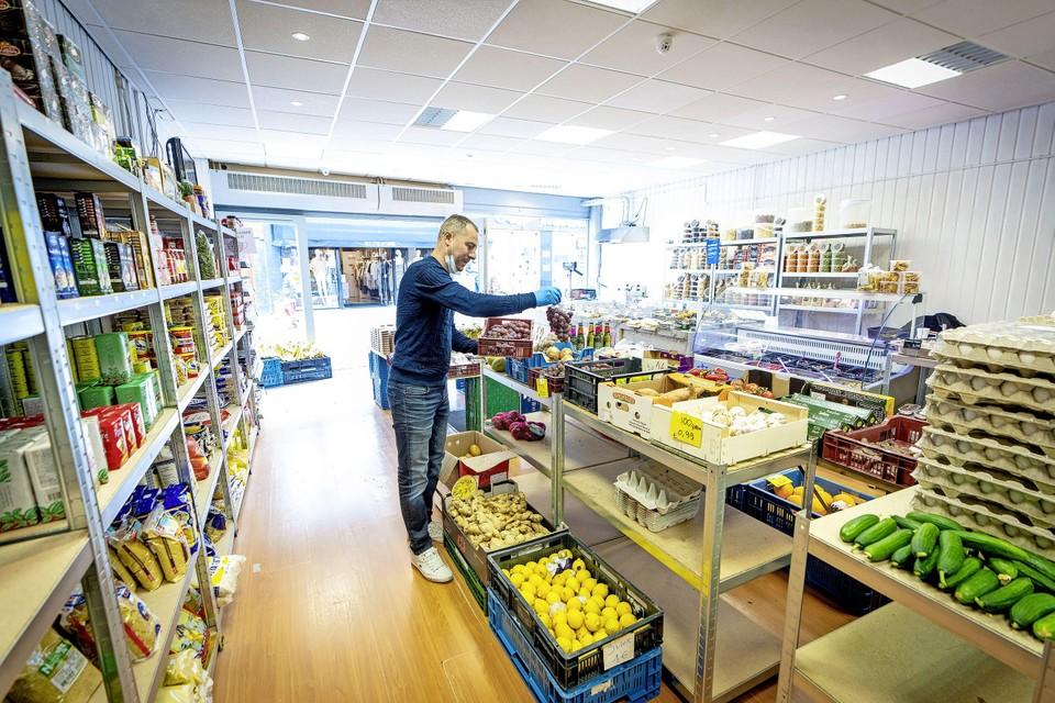 Wissem Dhrioua in zijn notenwinkel annex minisupermarkt in de Haarlemmerstraat in Leiden:  ,,Als je hard werkt, komt het geld vanzelf. Niet binnen een paar weken, dat duurt even.''