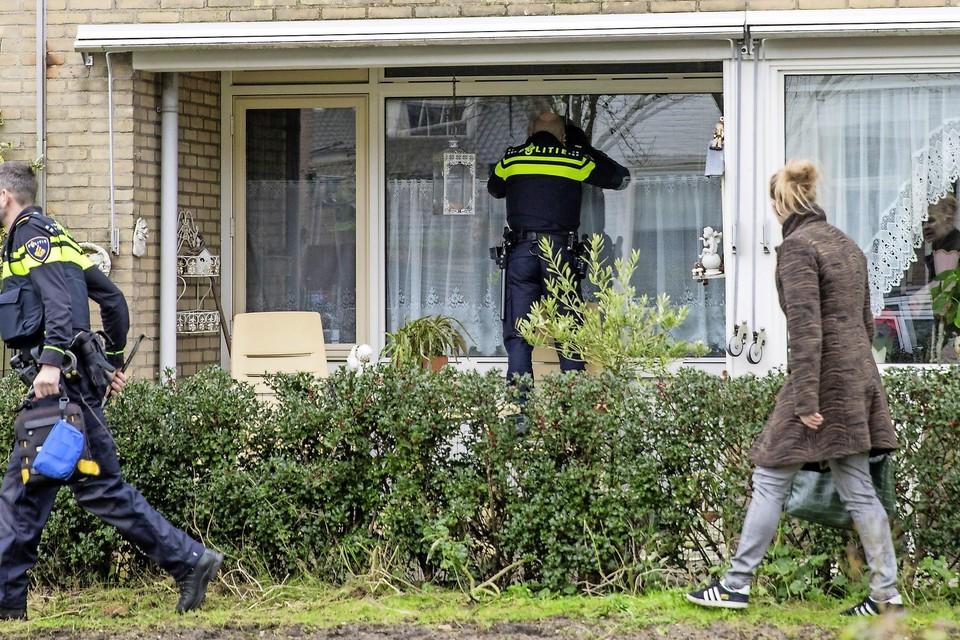 De politie controleert of iemand thuis is.