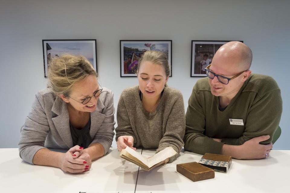 Olga van Marion, Julia Duijvekam en Mart van Duijn met het manuscript.