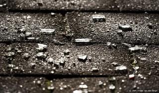 Stenen door ruiten van woning persfotograaf in Vlaardingen