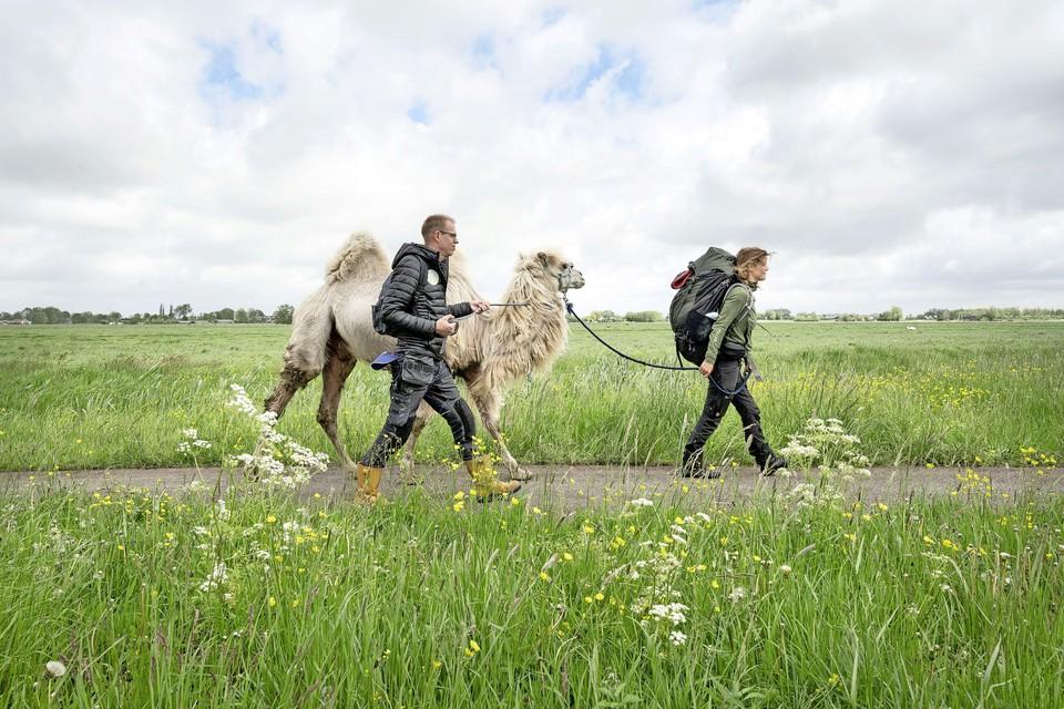 Joost Juffermans vergezelt Tamar Valkenier op haar wandeling naar Stompwijk.