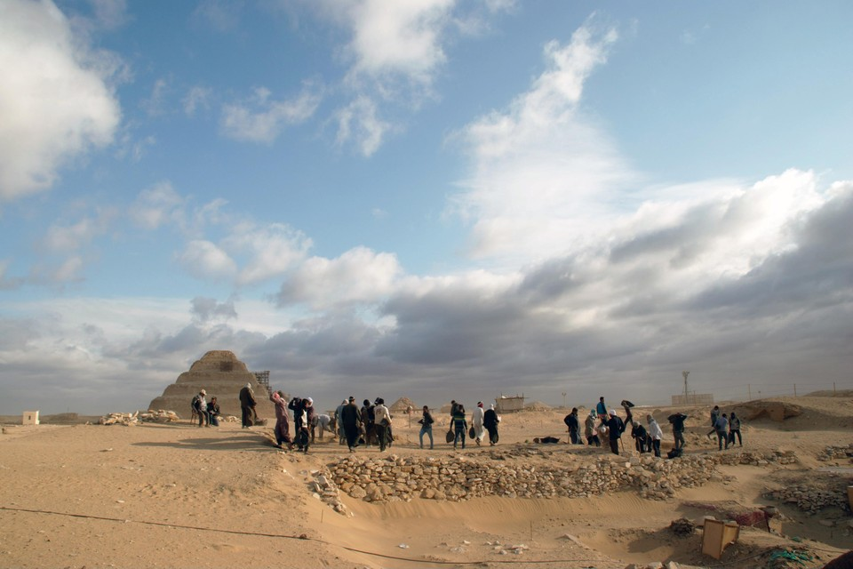 Sakkara, met op de achtergrond de piramide van Djoser.