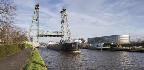 Boze schipper blokkeert toeterend de hefbrug in Alphen: 40 uur taakstraf