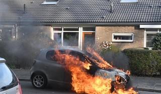 Auto vliegt in brand in woonwijk in Leiden [video]