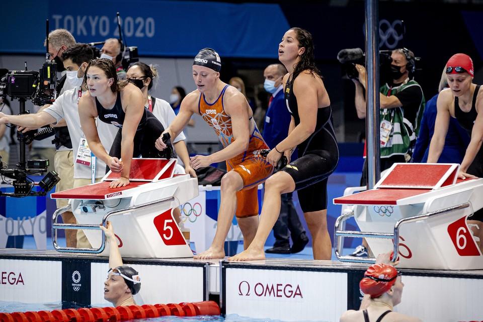 Kim Busch, Femke Heemskerk, Ranomi Kromowidjojo en Kira Toussaint in actie tijdens de 4x100 meter estafette zwemmen op de Olympische Spelen.
