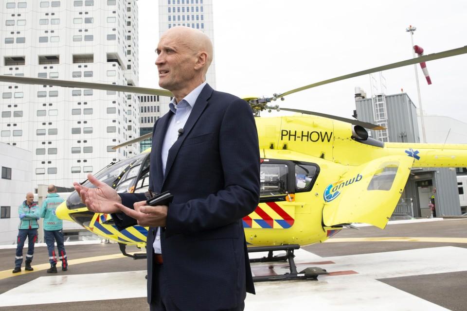 Ernst Kuipers, voorzitter van het Landelijk Netwerk Acute Zorg, staat vanaf het helikopterdek van het universitair ziekenhuis Erasmus MC de pers te woord.