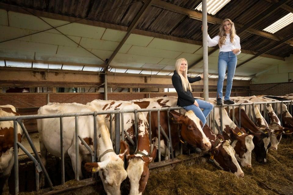 Jasmijn en Brechtje van der Zon in hun boerderij in Lisse.