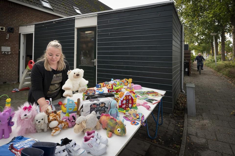 Mirjam Bouwmeester, organisator van de afgelaste rommelmarkt op afstand, in haar eigen voortuin in Rijpwetering.