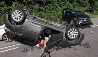 Auto met daarin een vrouw en twee honden vliegt over de kop na botsing in Noordwijk; vrouw met spoed naar ziekenhuis [video]