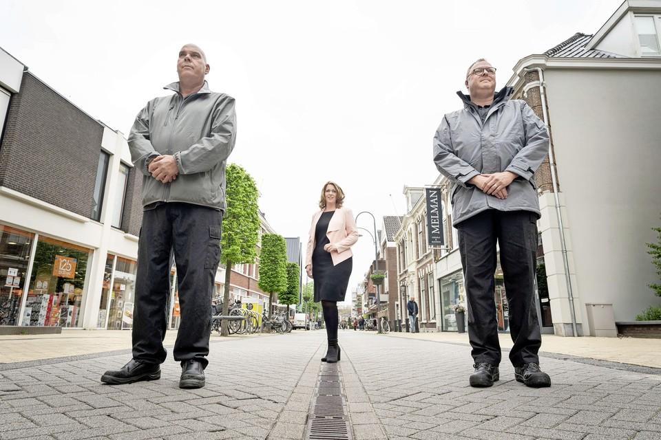 Walter en Robert Jan, met tussen hen in een trotse burgemeester Carla Breuer.