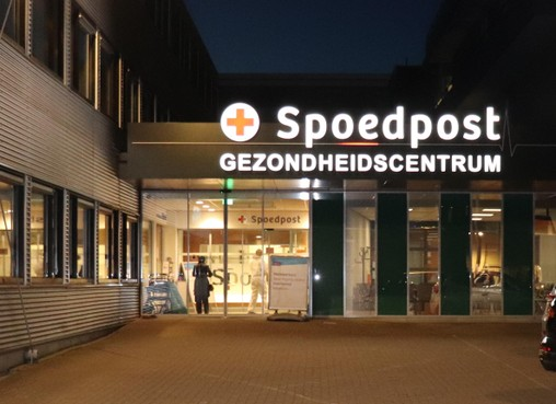 Ontvangst in 'asbestpakken' bij regionaal coronacentrum in Leiderdorp: 'Waarom kan dit niet gewoon bij ons in het dorp?'