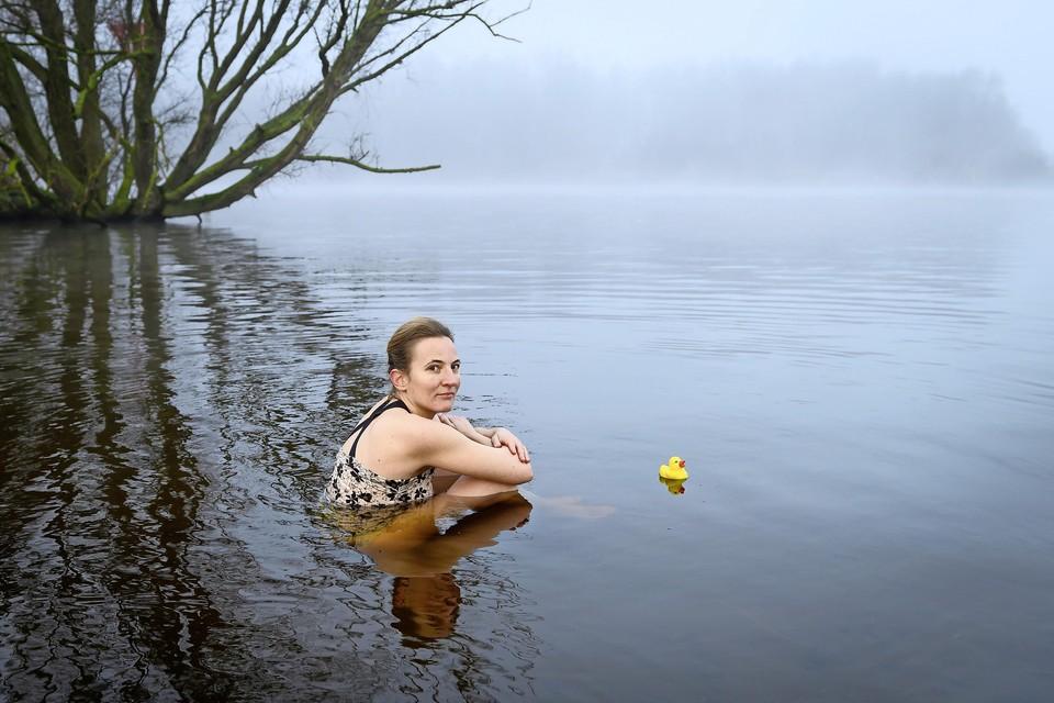 Marijke Langeveld heeft zich net ondergedompeld in het ijskoude water.