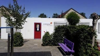 Het biebpunt op het schoolplein van basisschool De Kinderkring in Woubrugge.
