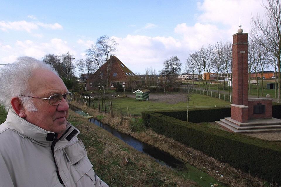 Klaas den Hartigh bij het monument langs de spoorlijn in Sint-Pancras ter nagedachtenis aan de twintig mannen die op deze plek op 17 april 1945 werden gefusilleerd. Op de achtergrond de boerderij waar hij als jongen woonde.