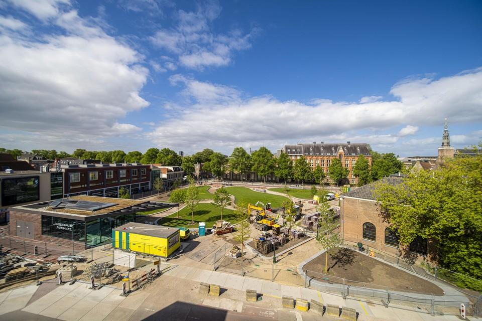 De lente heeft de Garenmarkt in Leiden opeens heel groen gemaakt. De Leidse binnenstad is, na de voltooiing van de parkeergarage een plantsoen rijker met 35 bomen en 2300 vierkante meter gras.